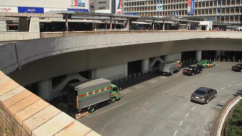 Road to the station wide shot at Shinjuku station west side ビデオ