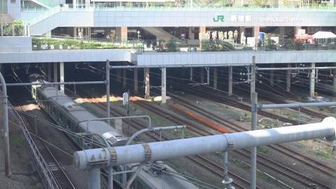 Trains come and go wide shot at Shinjuku ビデオ