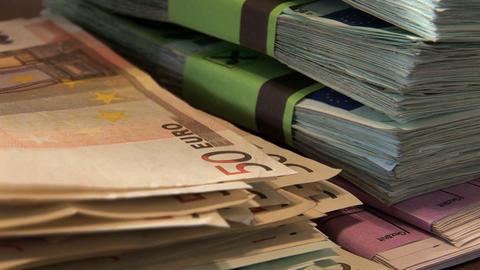 0002 Geldzaehlen Euros Footage
