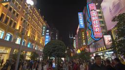 4k panning shot of people at the Nanjing Road shopping street in Shanghai ビデオ