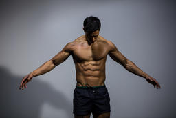 Fitness Model Displaying Biceps and Pectorals Fotografía