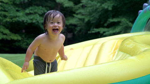 Happy toddler playing in his pool ビデオ