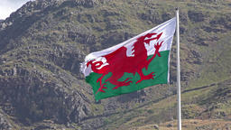 Welsh flag waving in the beautiful landscape of Llanberis, Snowdonia in Wales at ビデオ