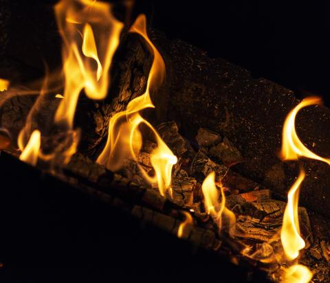 burning logs in a fire at night Fotografía