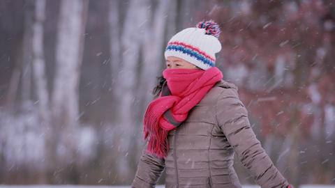 Asain Woman Freezing On Cold Day Archivo
