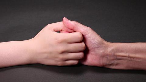 指相撲するシニアと若い女性 ビデオ