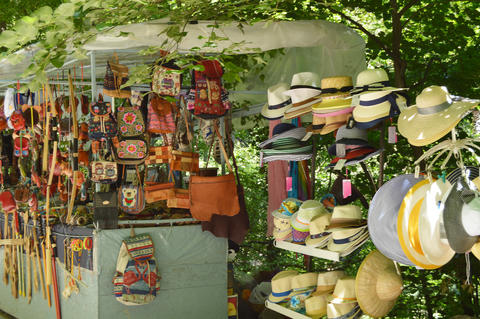 Outdoor souvenir kiosk in the Park with tourist goods hats, bags, backpacks and Fotografía