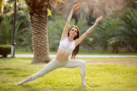 Yoga instructor giving masterclass in the open air at yoga park Fotografía