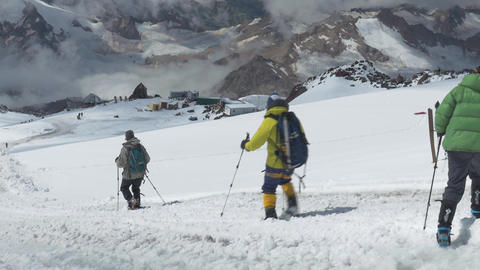 Climbers descend from the top of Elbrus. Panorama of the mountain, a nice sunny ビデオ