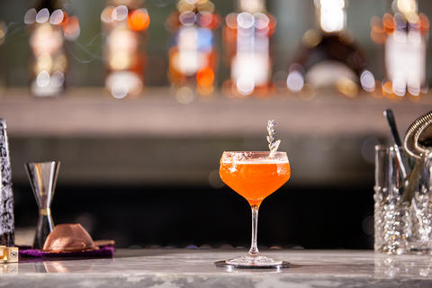 Bibliotheque cocktail on lounge bar counter Fotografía