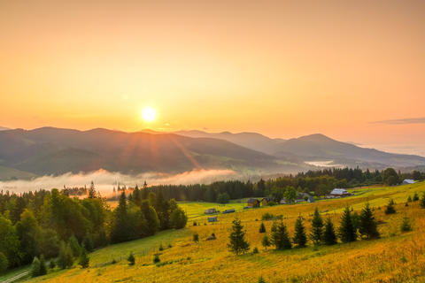 Sunrise over the Mountains and Fog in the Valley Fotografía