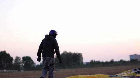 Parachutist decomposes the parachute before the flight, so as not to confuse the Footage