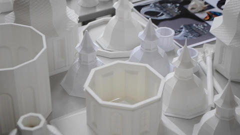 Many white objects printed on 3d printer lie on flat surface ライブ動画