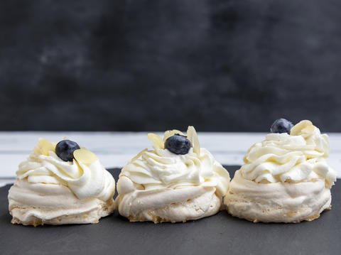 baked round meringues with whipped cream Fotografía