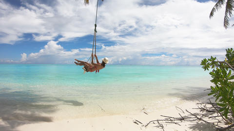 Girl Swinging on a Swing on Maldives Acción en vivo