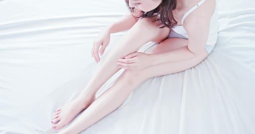 Beauty woman touch her leg Live影片