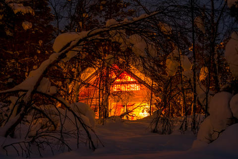 Lighted Wooden House in the Night Winter Forest フォト