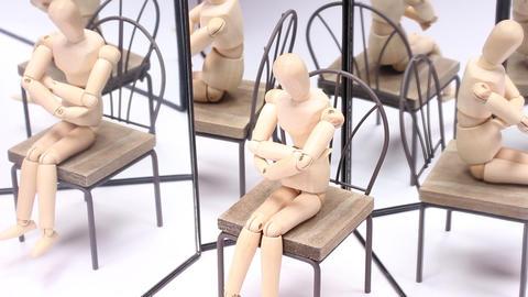 鏡に映る木の人形 ライブ動画
