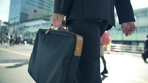 出勤、ビジネスマン、ビジネス、サラリーマン、朝、ラッシュ、通勤、歩く、横断歩道、交差点、男性、スーツ、動画、晴れ、快晴、屋外、外、街、ビル、東京、日本人、アジア ビデオ