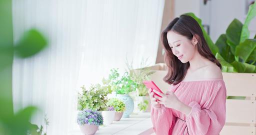 woman use smart phone ライブ動画
