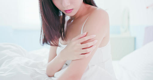 woman scratching her arm Live影片