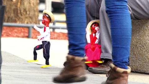 """A puppet of """"Cantinflas"""" dances in the street ビデオ"""