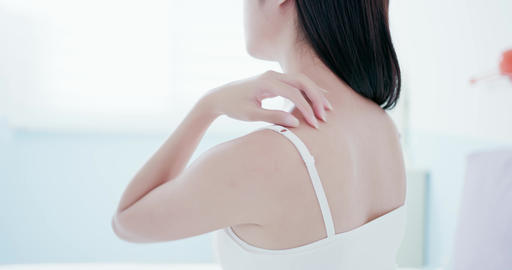 woman scratching shoulder and neck Live影片