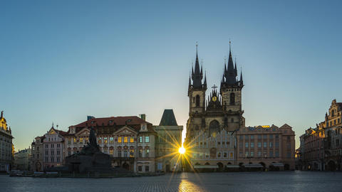 Prague time lapse, Sunrise in Prague old town square with view of Tyn Church in Archivo