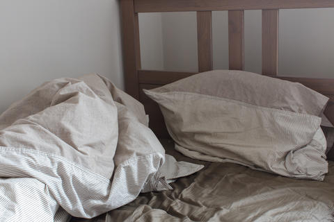 View of an unmade crumpled bed Fotografía