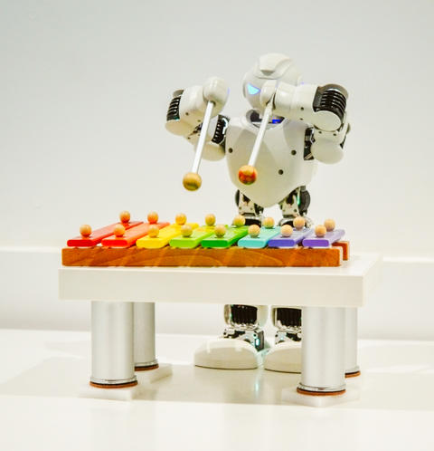 A small robot plays on a xylophone close up Fotografía