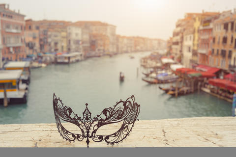 Venice, Italy .Venetian masks on bridge agaist landscape Grand Canal Fotografía