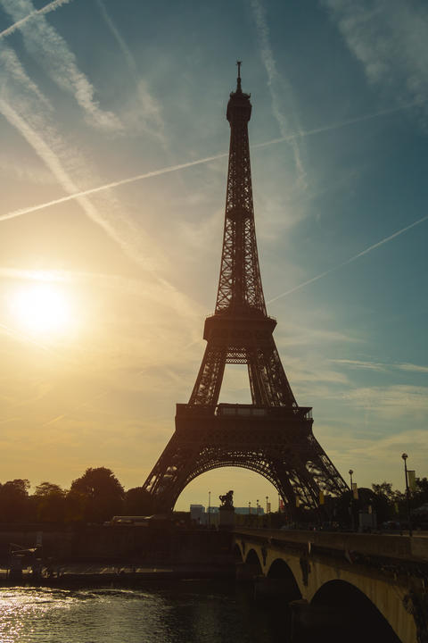 View of the Eiffel tower at sunrise, Paris フォト