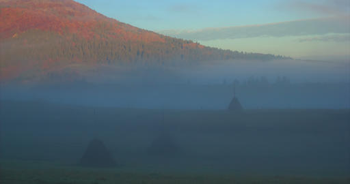 Mountain countryside hills timelapse with deep fog. The mist reveals mountain Archivo