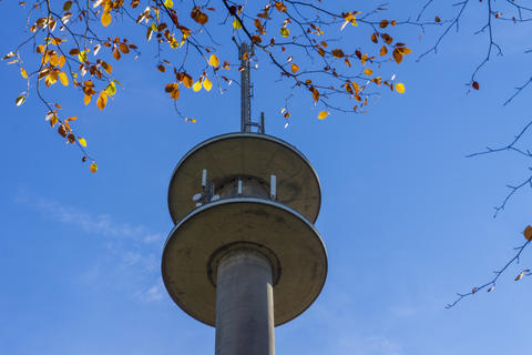Broadcasting tower in autumn Fotografía