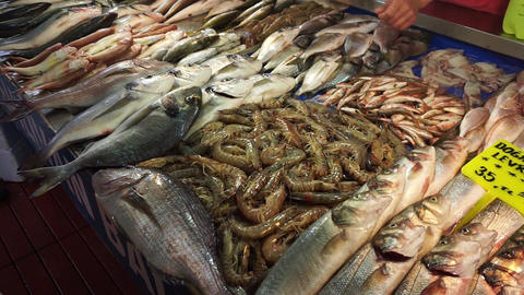 The seller offers fresh seafood Archivo