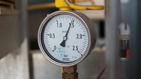 The instrument shows the pressure gauge Live Action