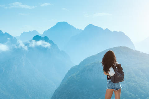 Beautiful young tourist girl with backpack at mountains Fotografía