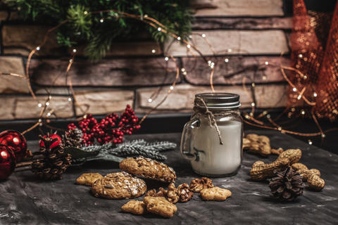 Christmas and new year table decoration background with garland, cookies, pine Fotografía