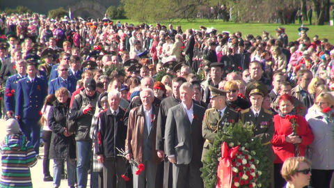 The mourning ceremony in the Piskarevsky cemetery Stock Video Footage