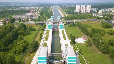 The shipping gateway of the Novosibirsk hydro-electric power station on the Ob ビデオ