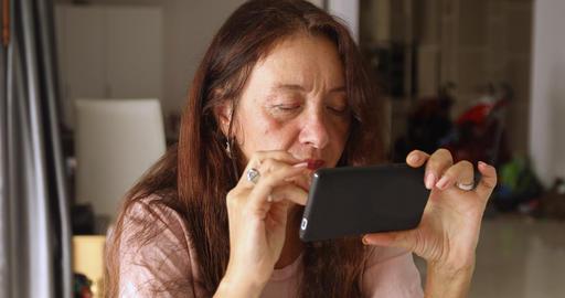 Elderly woman using smartphone ビデオ