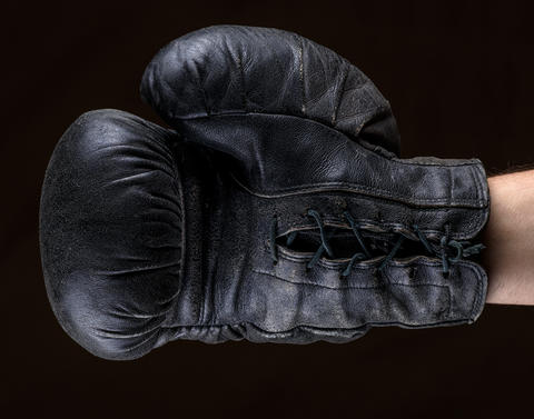hand in black leather boxing glove フォト
