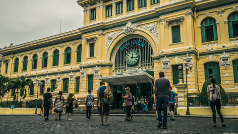 Time lapse of Ho Chi Minh City central post office at dawn ビデオ
