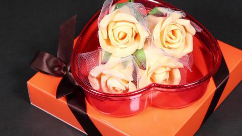 プレゼントボックスとバラの造花 ビデオ