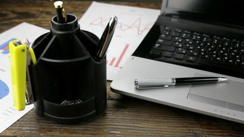 Slider shot, close-up of desktop, laptop, pen and glasses ビデオ