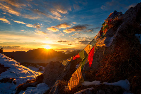 Flags of Tibetan prayers in the mountains with the colors of a w Fotografía