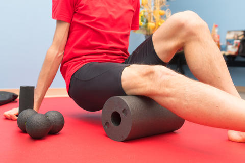 Foam roller thigh treatment in physiotherapy study Fotografía