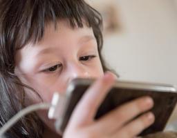 Little girl watching a smartphone Fotografía