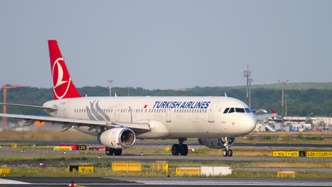 Airbus A321 taxiing Live Action