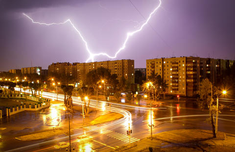 Lightning shines over the city at night Fotografía